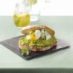 Avocadopuree met gepocheerde eieren recept