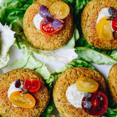 Burgers aux graines de lupin et à la courgette, accompagnés d'une sauce à l'aneth et aux graines de chanvre