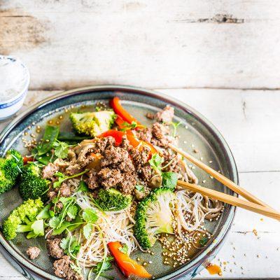 Ázsiai üvegtészta-saláta fűszeres darált marhahússal