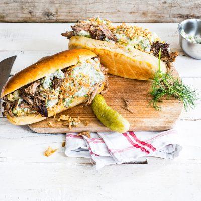 Hot dog au porc braisé et aux herbes