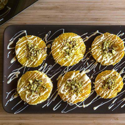 Naranjas Asadas con Chocolate Blanco y Pistachos