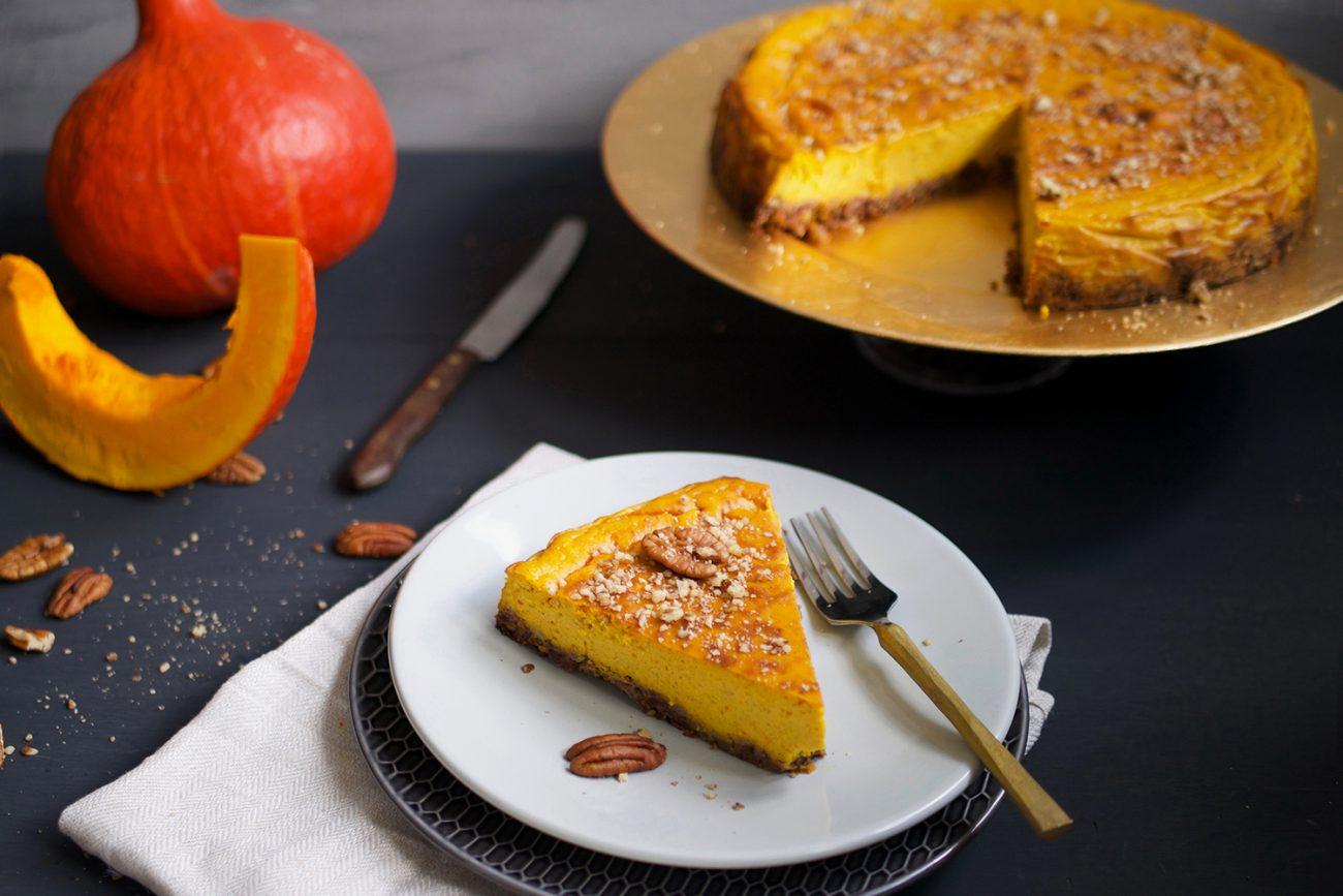 Gezonde pompoen cheesecake met dadels en pecannoten