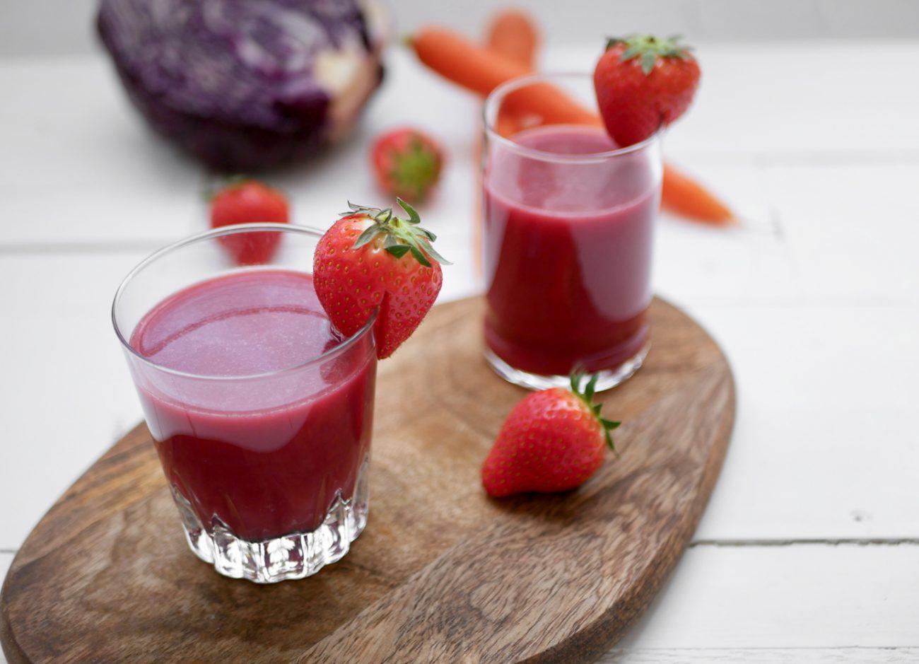 Slowjuice met aardbei, rode kool en wortel