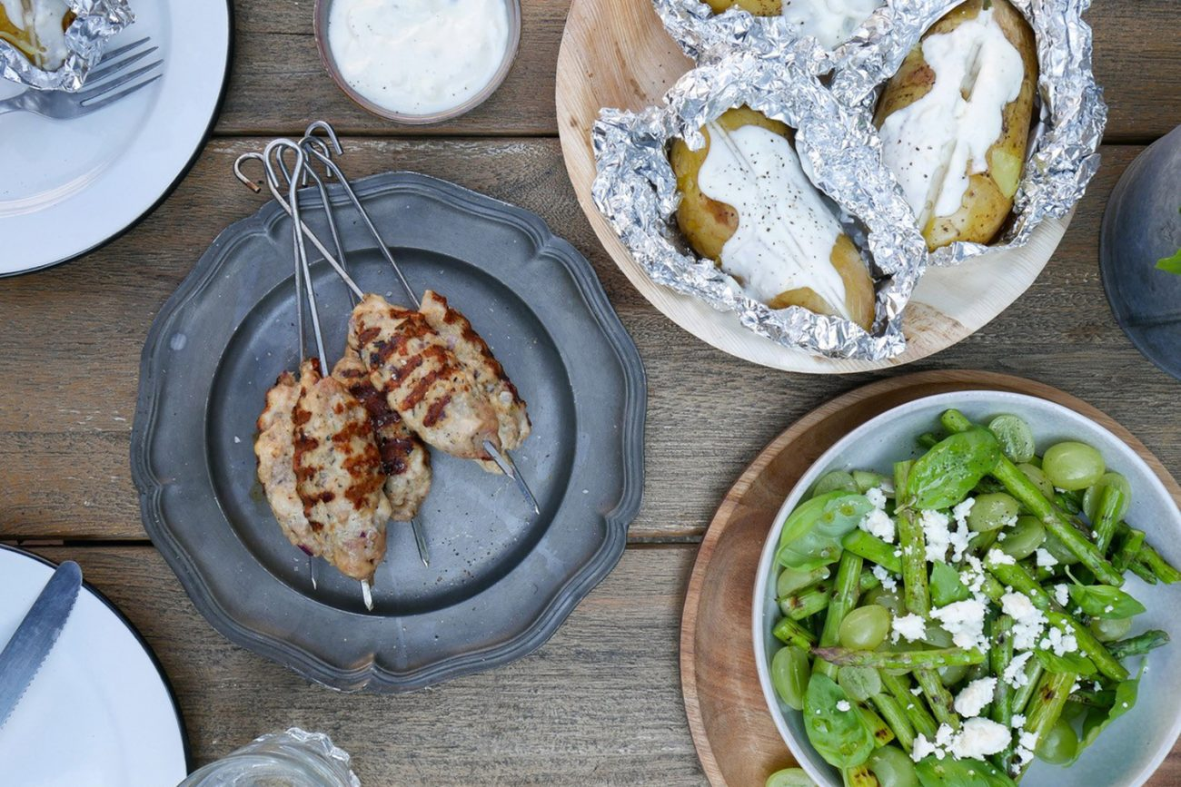 BBQ kip spiesen met gepofte aardappel en groene asperge salade