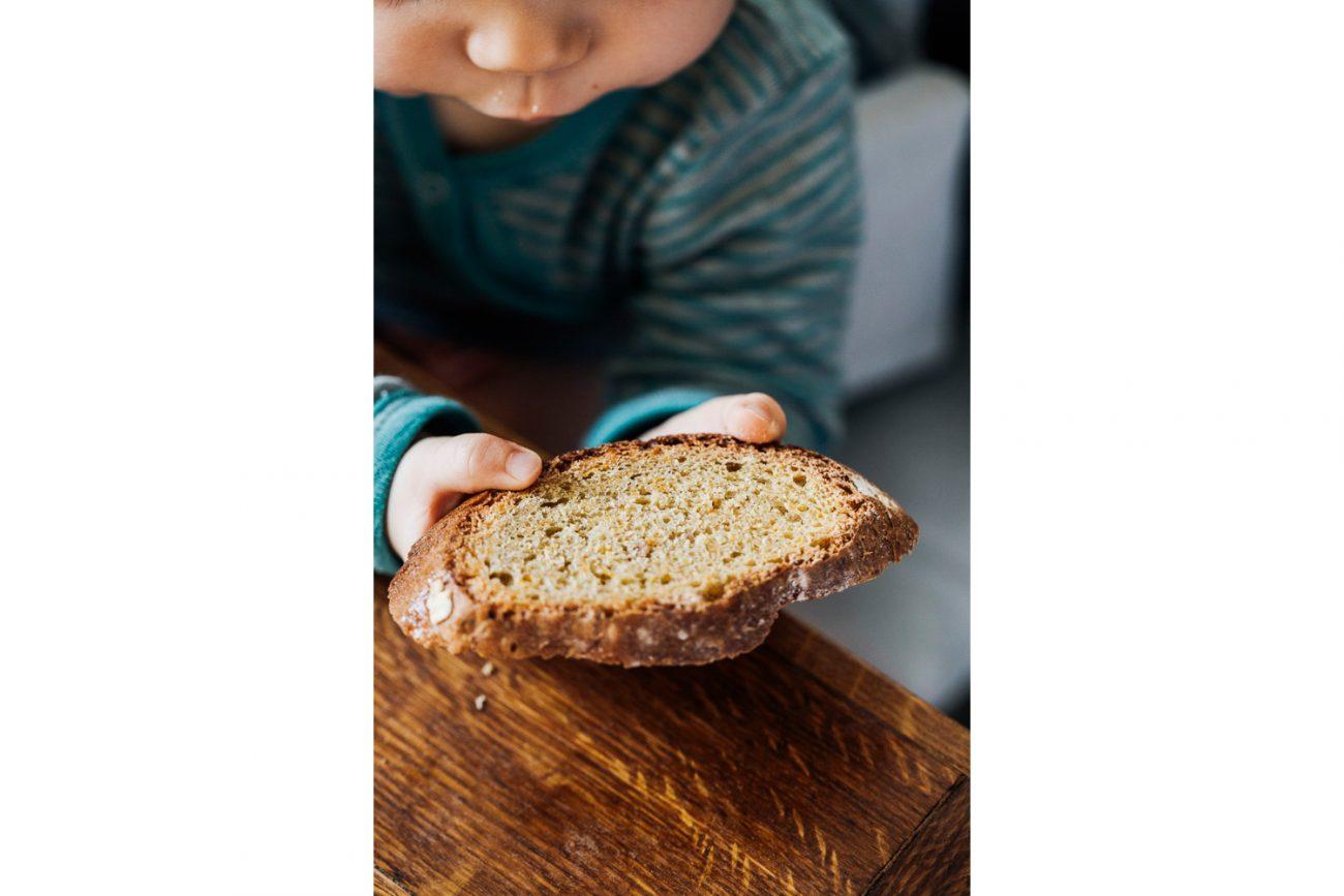 Brood voor kinderen met wortelen en appelsap