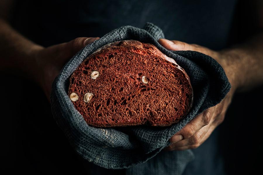 Czerwony chleb orkiszowy z orzechami laskowymi