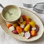 Légumes-racines cuits à la vapeur avec de la vinaigrette au tahini