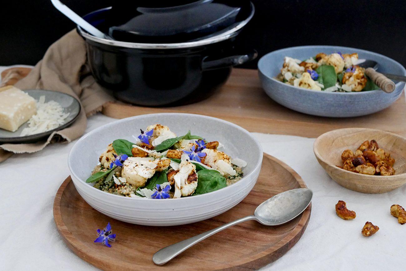 Quinoa risotto met geroosterde bloemkool, spinazie en cashewnoten