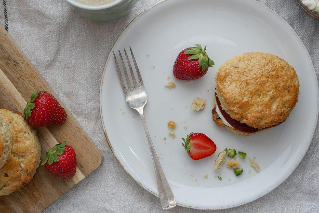 Scones met pistachenootjes, witte chocolade en aardbeienjam
