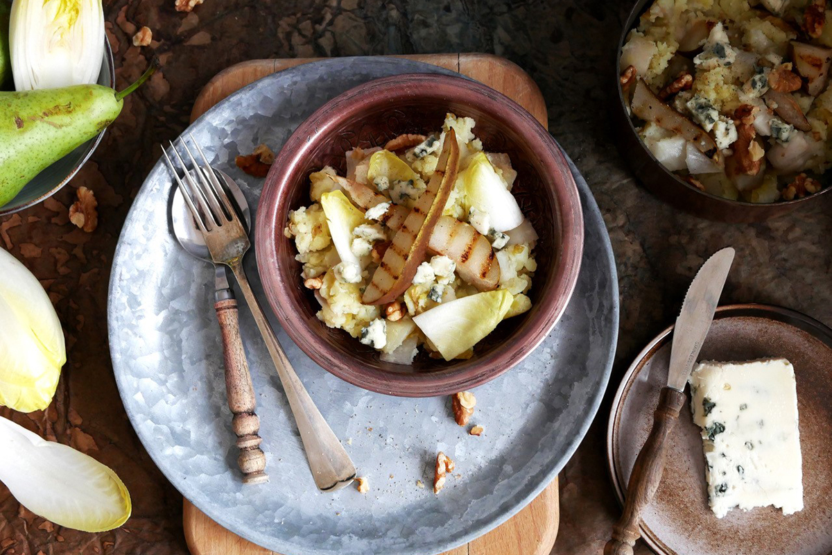 Gestoomde witlofstamppot met gegrilde peer, walnoten en roquefort
