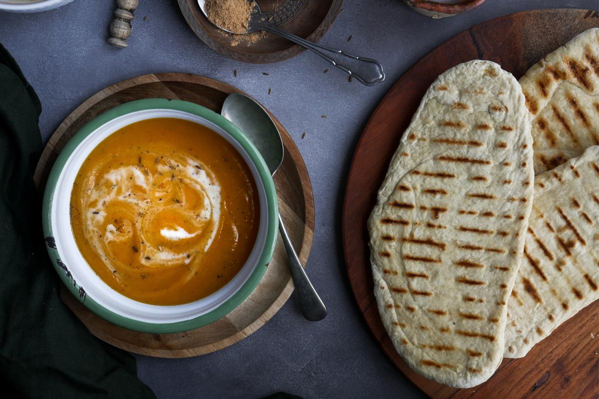 World Vegan Day recept: Vegan soep met zoete aardappel, wortel en naan