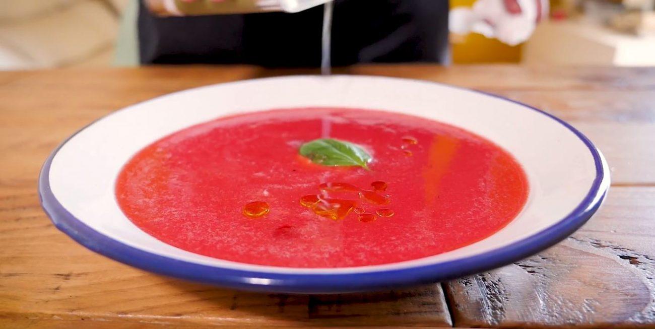 Sopa fría de tomate y sandía con albahaca