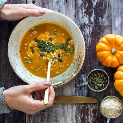 Sopa vegana de coco y calabaza asada