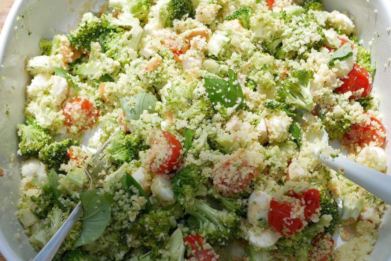 Gestoomde couscous salade met broccoli & pesto