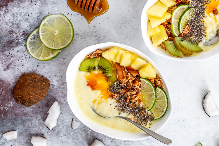 Piña colada smoothie bowl