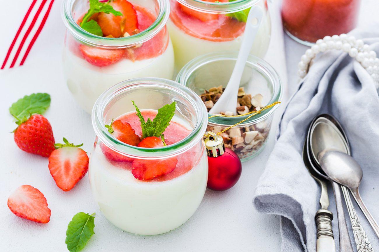 Bengali Bhappa Doi – iaurt gătit la aburi cu cardamon, nuci și căpșuni