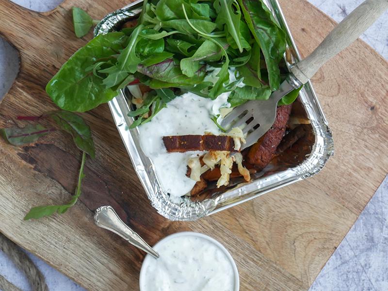 Healthy kapsalon met zoete aardappel en gerookte tofu