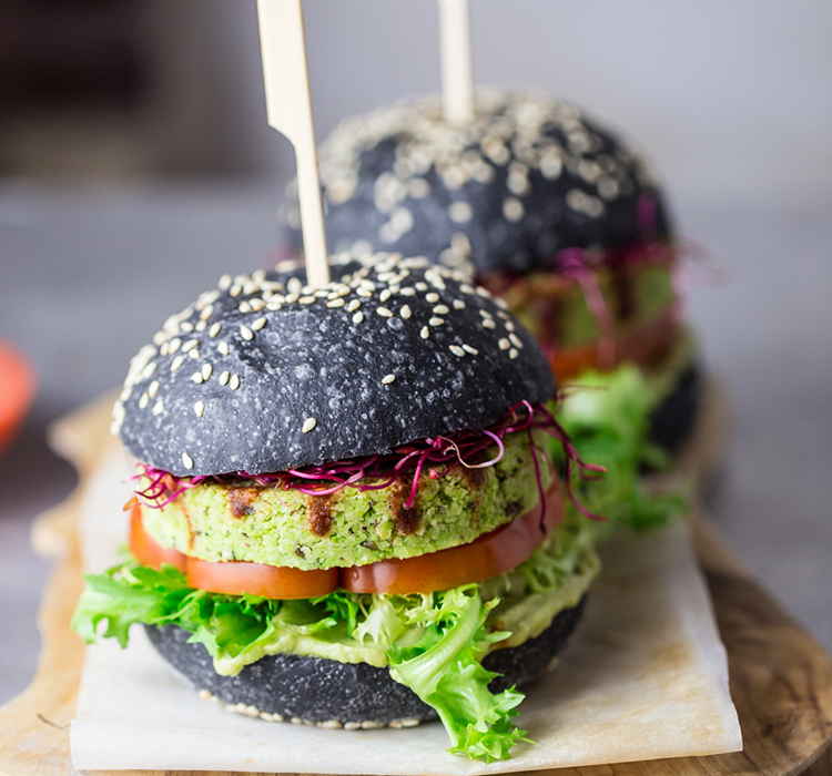 Hamburger de soia verde cu chiflă neagră