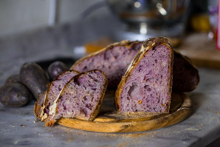 Pane con patate viola e lievito madre
