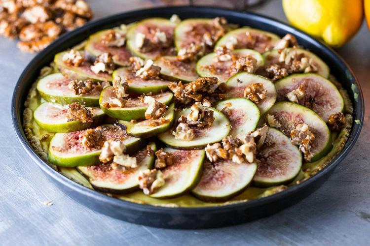 Crostata di fichi con crema di agrumi e noci caramellate