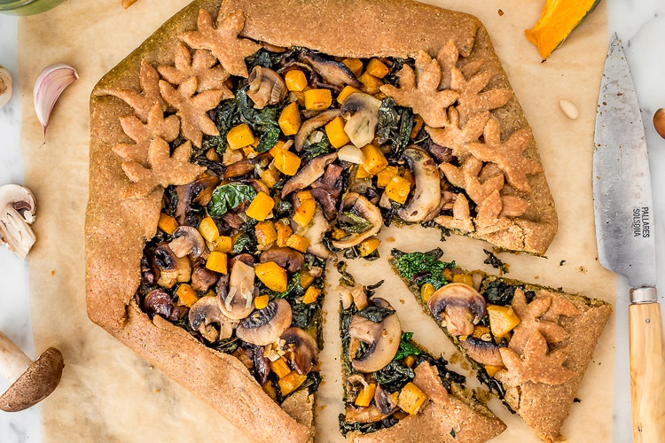Torta salata con zucca, funghi e cavolo nero