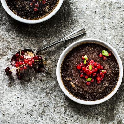 Chocolade crème brûlée met aalbessen recept