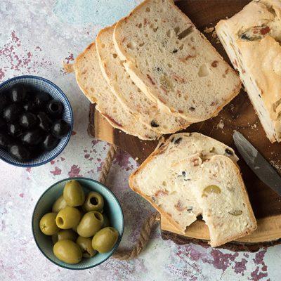 Pane senza glutine con bacon e olive