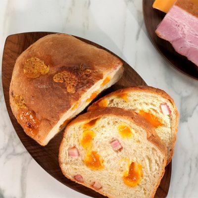 Pain croustillant au bacon et au fromage