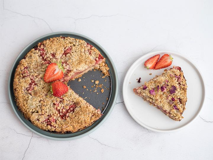 Knapperige taart met aardbei en rabarber