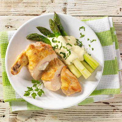 Recette de poulet sur son lit d'asperges vertes et sauce hollandaise