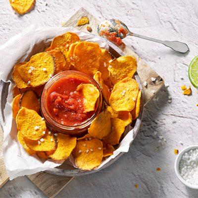 Zoete aardappelchips met tomatensaus recept