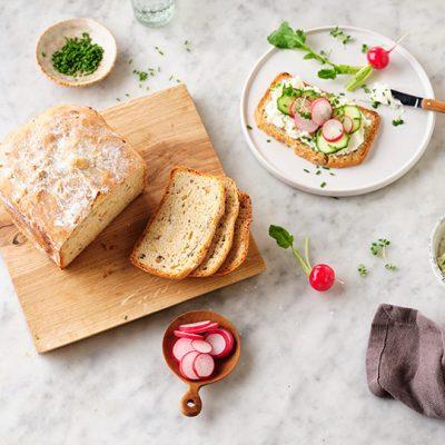 Chleb orkiszowy  z ricottą i prażonymi orzechami laskowymi
