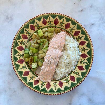 Recette de dos de saumon aux herbes de Provence, courgettes & riz
