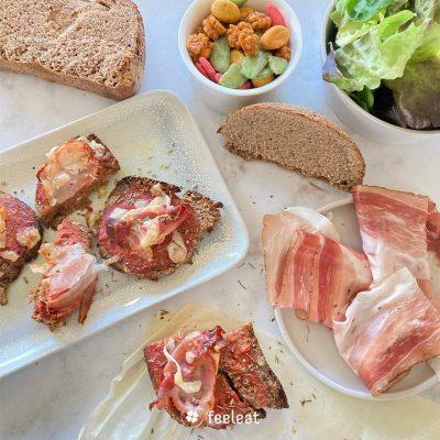 Recette de tartines sans gluten au jambon cru & copeaux de parmesan