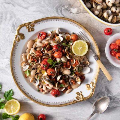 Recette de salade de coques, haricots, chorizo & tomates rôties