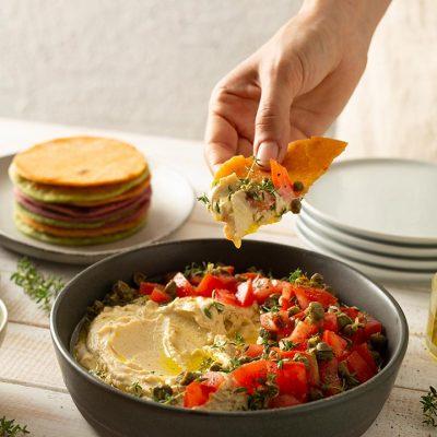 Tortillas colorate con hummus